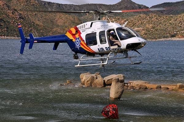 Bell 407 Bell 407 à basse altitude au-dessus de l'eau