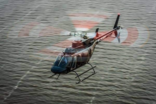 L'hélicoptère Bell 407 au-dessus de l'eau
