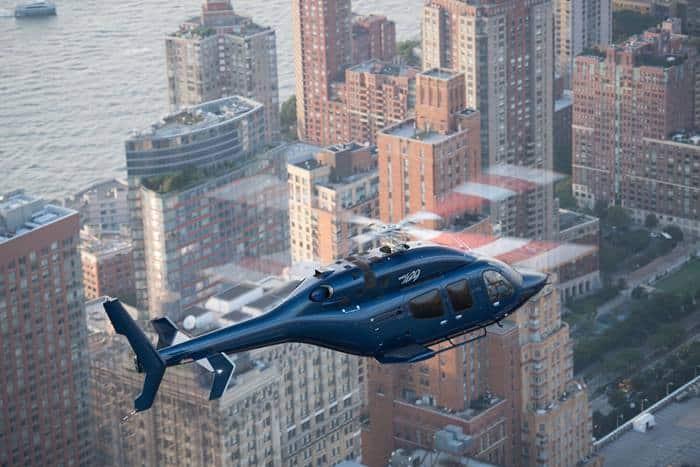 Le Bell 429 survolant la ville