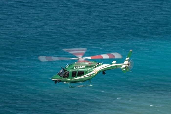 Le Bell 429 survollant l'océan