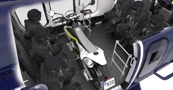 Intérieur du Bell 525 avec une moto