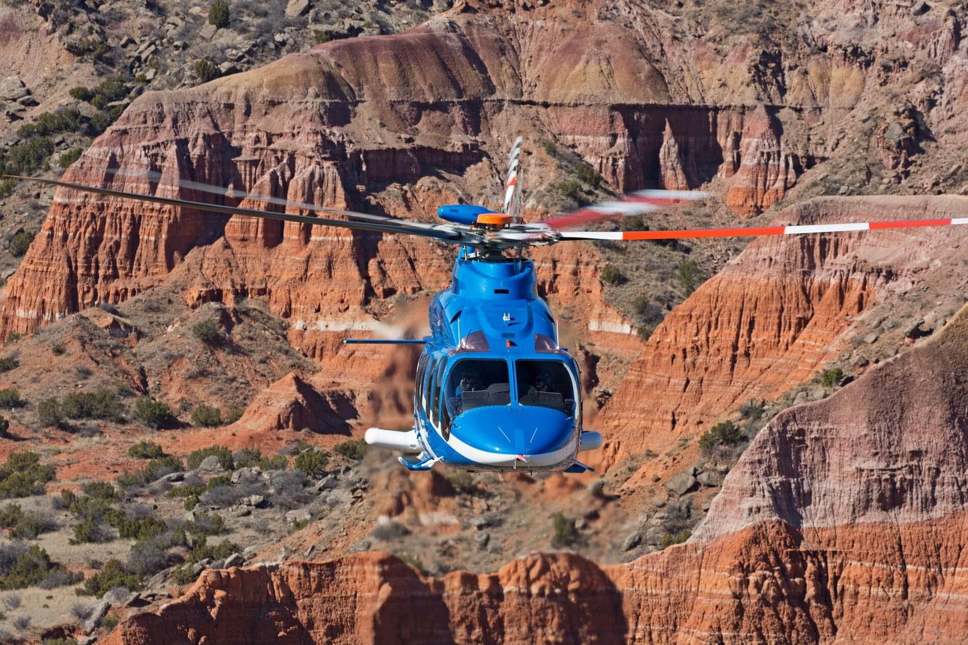Bell 525 au dessus des montagnes désertiques