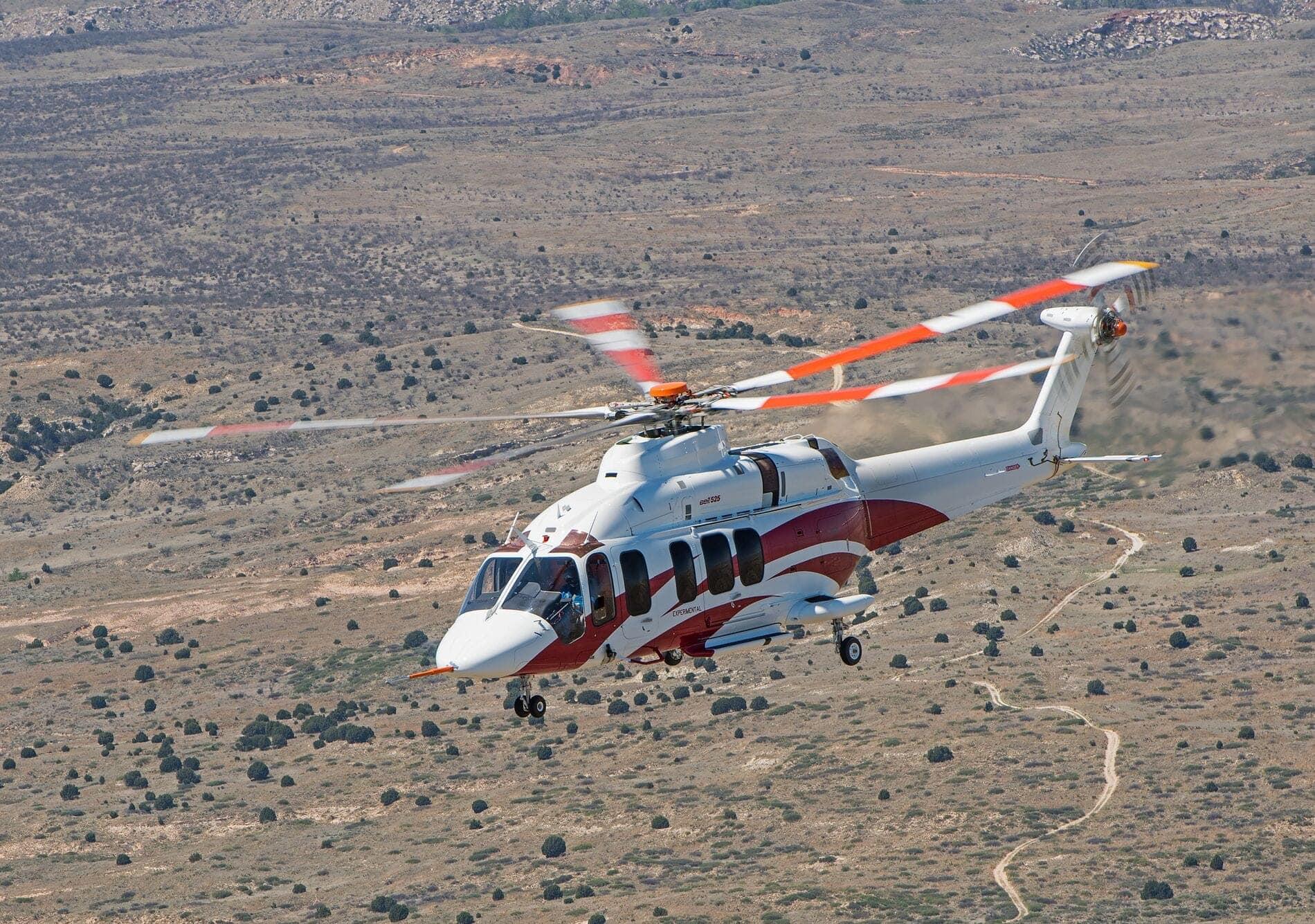 Bell 525 blanc survolant le désert