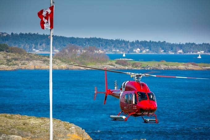 Hélicoptère Bell 429 des gardes côtiers du Canada survolant l'eau