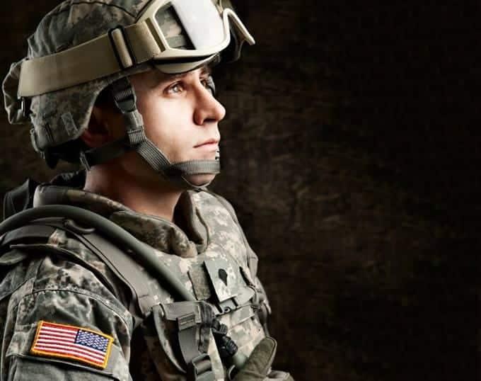Un homme en uniforme